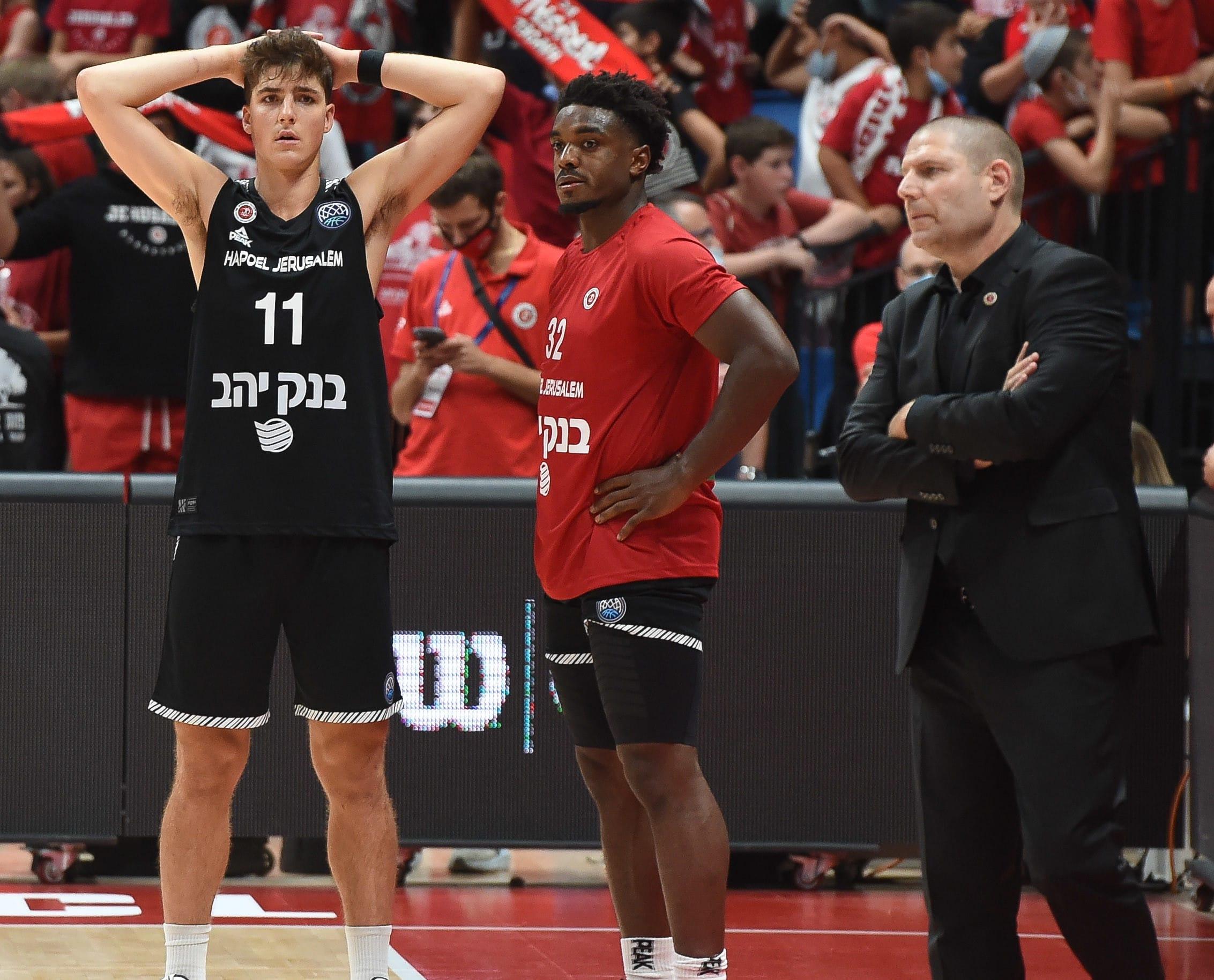 אורן עמיאל מאמן הפועל ירושלים לצד רטין אובאסוהן, אדם אריאל