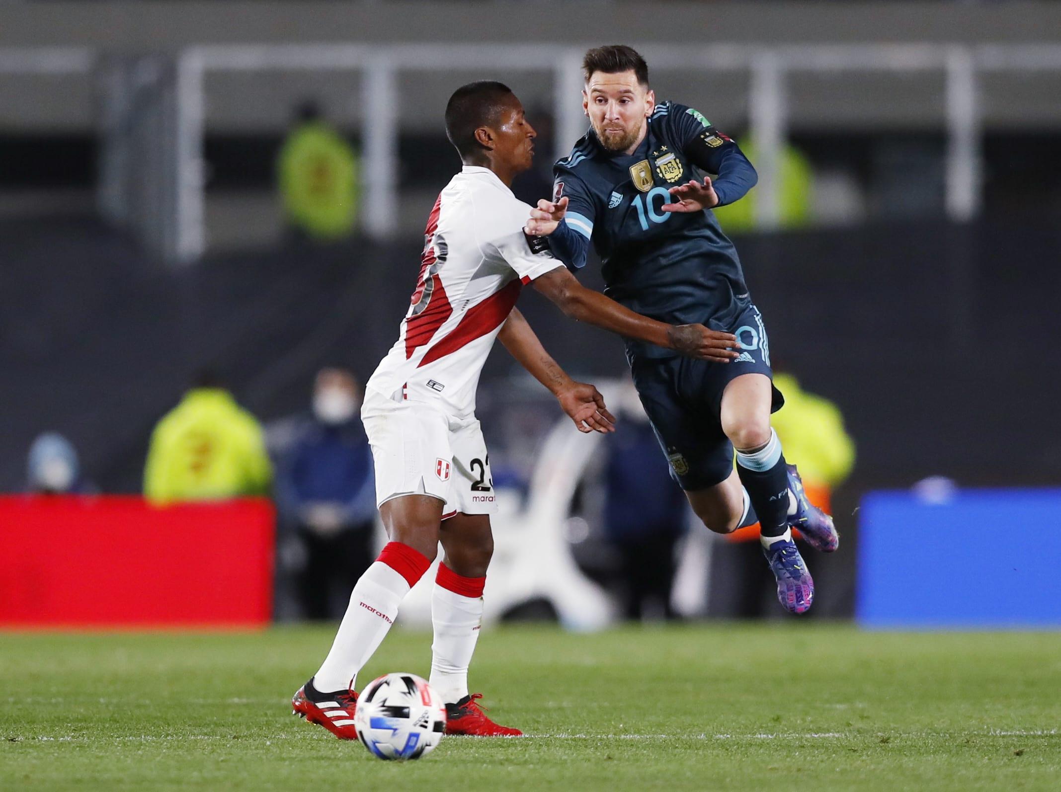 ליאונל מסי במדי נבחרת ארגנטינה מול פרו