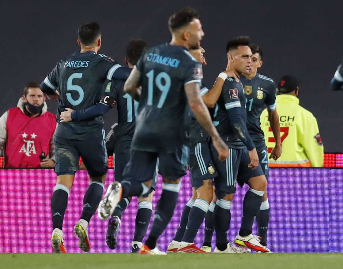 לאוטרו מרטינס חוגג עם שחקני נבחרת ארגנטינה
