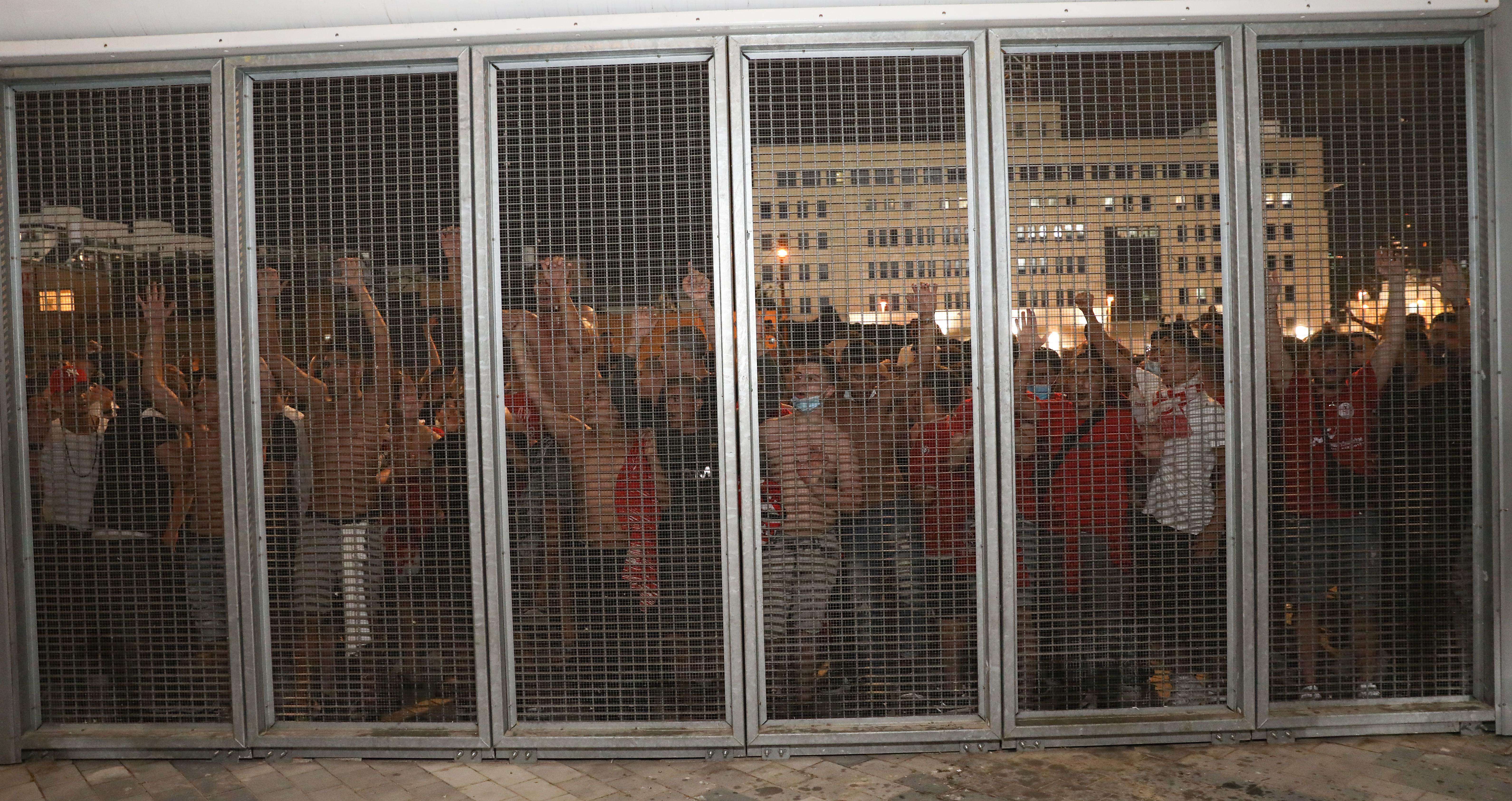 שחקני הפועל תל אביב חוגגים עם האוהדים