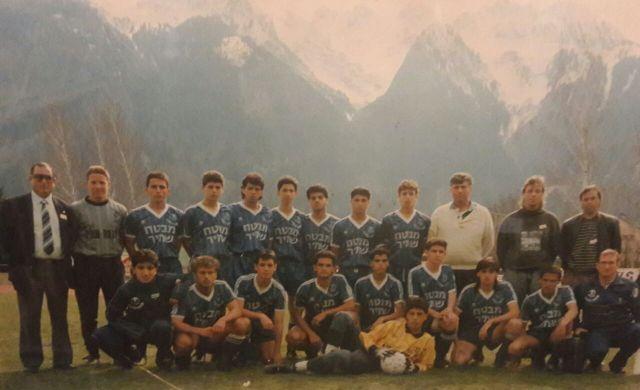 """מוטי קקון בקבוצת הנוער של הפועל פ""""ת ב-1989 בשווייץ"""