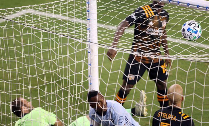 גדי קינדה שוב הבקיע, אך קנזס סיטי הושפלה נגד יוסטון