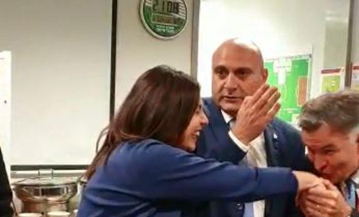 צפו: רוטנשטיינר נישק את ידה של השרה רגב, שבירכה את השחקנים