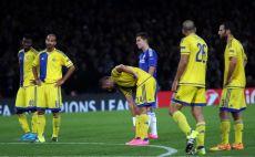 שחקני מכבי מעכלים את התוצאה לצד הזאר צילום(צילום: אודי ציטיאט)