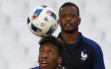 אברה מנחה את השחקנים הצעירים. עם קומאן באימון צילום(צילום: AFP)