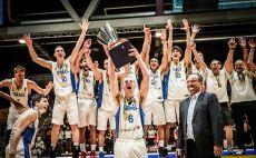 גיל בני מניף את הגביע, נבחרת העתודה אלופת אירופה צילום(FIBA)