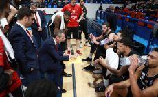 עודד קטש עם שחקני הפועל ירושלים צילום(FIBA)