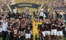 פלמנגו מניפה את גביע ליברטדורס צילום(ERNESTO BENAVIDES/AFP via Getty Images)