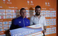 לייטרובסקי והפרס על הניצחון צילום(באדיבות איגוד השחייה בישראל)
