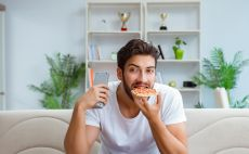 לאכול פיצה. אפשר גם כשמתאמנים צילום(INGIMAGE)