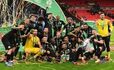 שחקני מנצ'סטר סיטי מניפים את גביע הליגה צילום(Laurence Griffiths/Getty Images)
