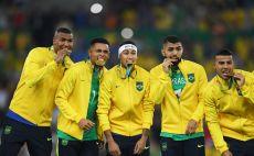 ניימאר, גבריאל ז'סוס ושחקני ברזיל עם הזהב מריו 2016 צילום(Laurence Griffiths/Getty Images)