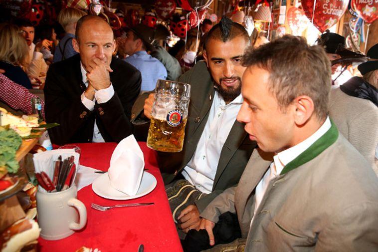 רץ ברשת: שחקני באיירן מינכן חוגגים באוקטוברפסט