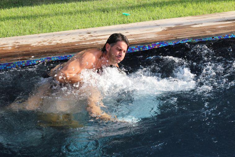 """""""גולסטאר"""" חגגו בבריכה: מי הושלך למים?"""