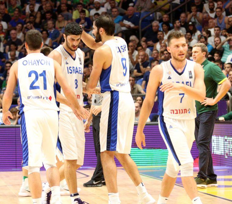 שחקני נבחרת ישראל שמחים