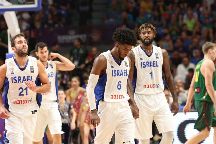 שחקני נבחרת ישראל עצובים