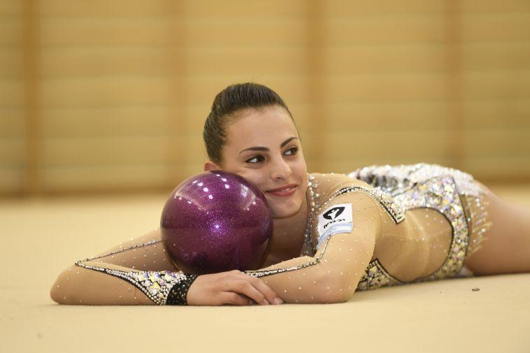 לינוי אשרם מעדה בתרגיל הכדור בפתיחת אליפות העולם