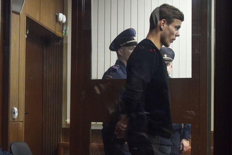 קוקורין פרץ בבכי והתחנן, אך נשלח בתור התחלה למאסר