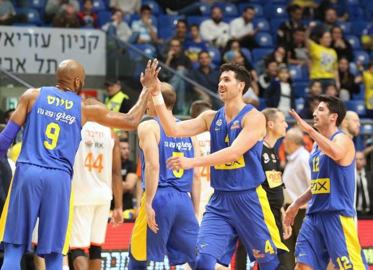 """חגיגה יוונית: 64:98 למכבי ת""""א על ראשל""""צ בבכורה של ספרופולוס בליגה"""