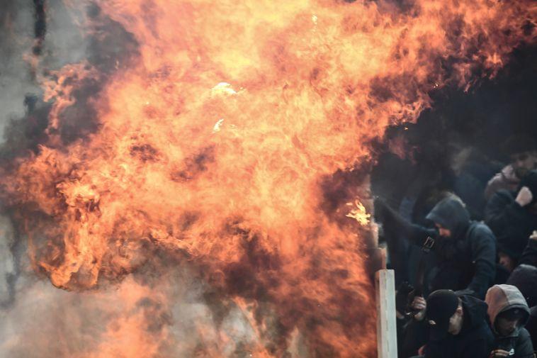 צפו במהומה: אוהדי א.א.ק אתונה שרפו את היציע של אייאקס