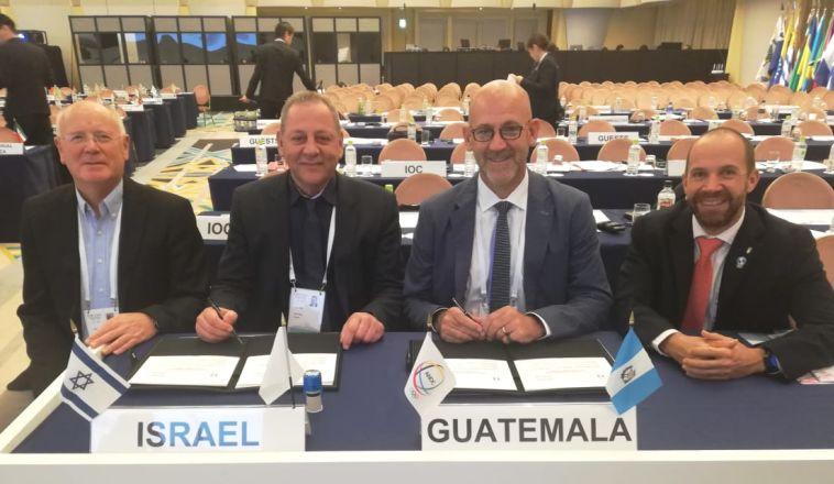 יגאל כרמי וגילי לוסטיג עם נציגי גואטמלה
