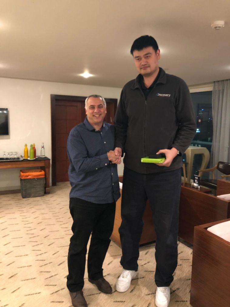 """יאו מינג הגיע לישראל וסיכם על שת""""פ עם יו""""ר איגוד הכדורסל"""