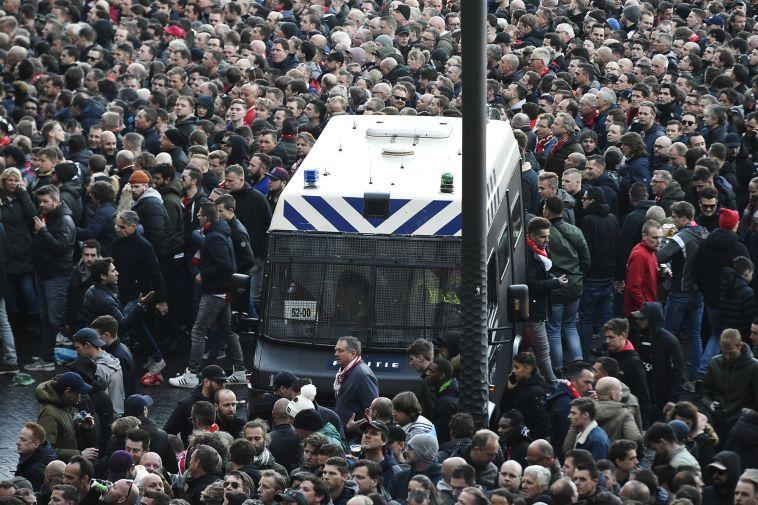 למעלה מ-140 עצורים באמסטרדם. סכינים וזיקוקים הוחרמו