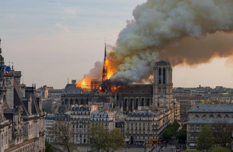 קתדרלת נוטרדאם נשרפה: בכדורגל העולמי הביעו תמיכה