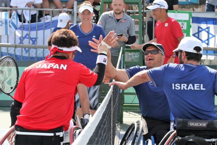 שרגא ונועם בסיום המשחק נגד יפן