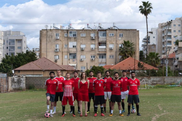 בשמלה אדומה ועשרה שחקנים: מה קורה שכדורגל ואמנות נפגשים?