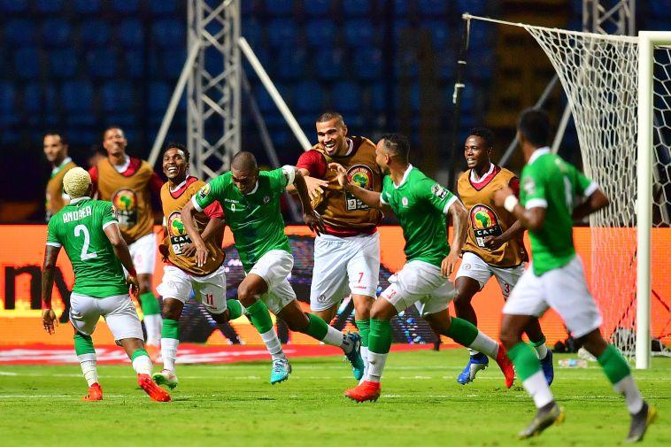 שחקני נבחרת מדגסקר חוגגים