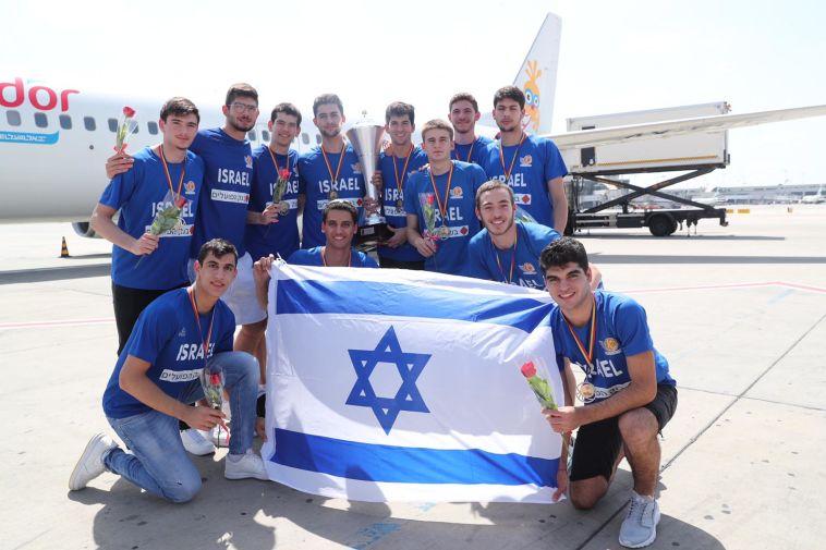 צפו בקבלת הפנים לנבחרת הנוער, שזכתה באליפות אירופה דרג ב'