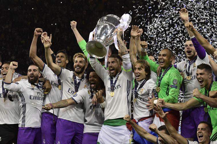 שחקני ריאל מדריד מניפים את גביע האלופות האחרון (AFP)