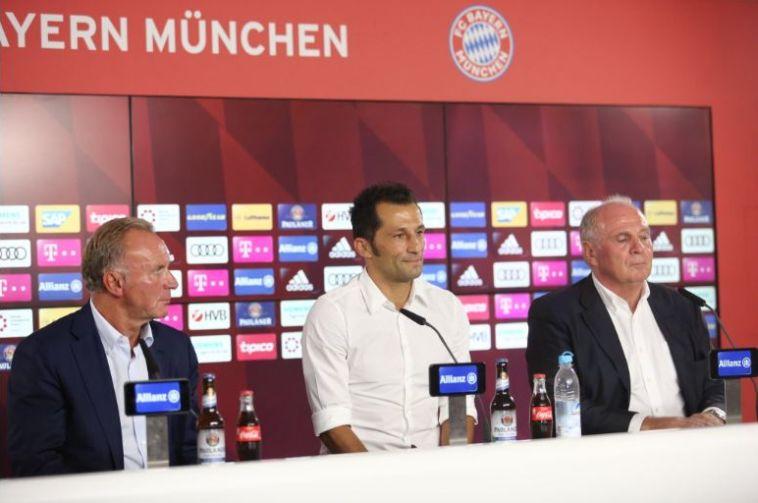 האנס, רומניגה וסליהמידז'יץ' במסיבת העיתונאים. מתחו ביקורת קשה על התקשורת (באיירן מינכן, רשמי)