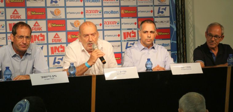 עמירם הלוי במרכז מסיבת העיתונאים. מוכנים
