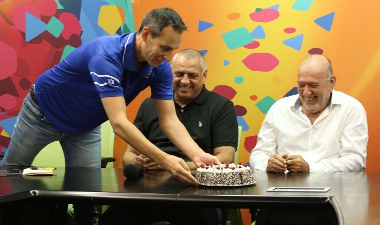 קטש מקבל עוגה. יום הולדת שמח