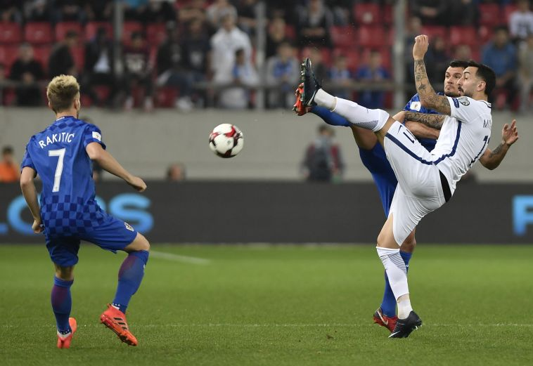 ראקטיץ' ומיטרוגלו במלחמה על הכדור (AFP)
