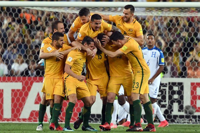 שחקני נבחרת אוסטרליה חוגגים. מביאים עורף קשה למונדיאל (AFP)