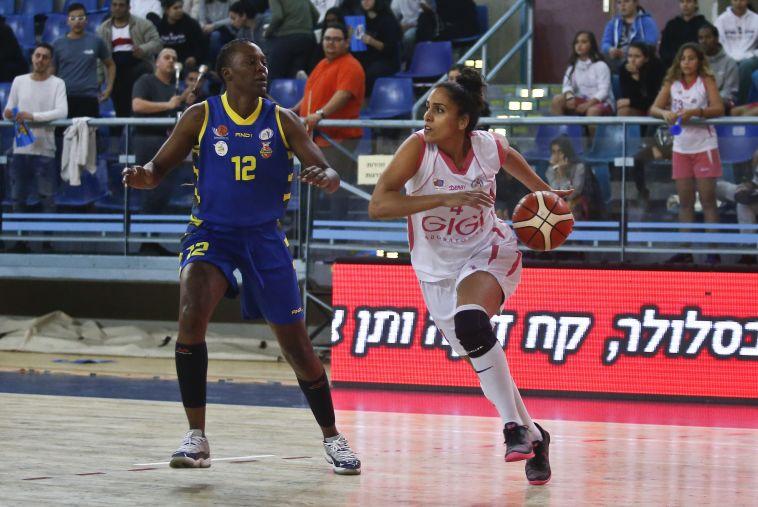 נופר שלום מול טיפאני הייז (מגד גוזאני, מנהלת ליגת העל לנשים בכדורסל)