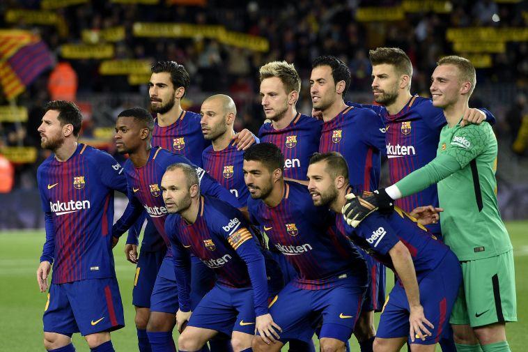 שחקני ברצלונה רגע לפני השריקה (AFP)