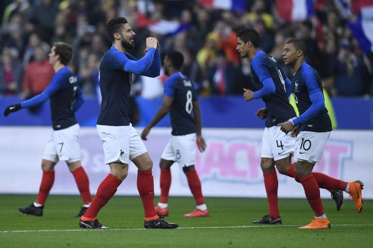 אוליביה ז'ירו חוגג עם חבריו. הצרפתים שולטים במשחק (AFP)