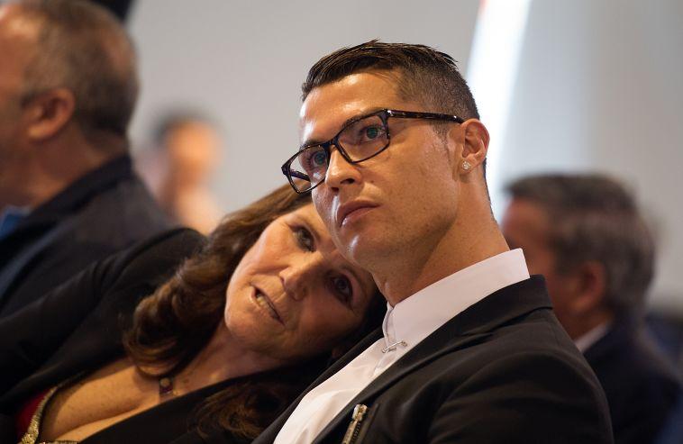 """רונאלדו עם אימו. """"מאפייה זאת המילה לתאר את זה"""" (AFP)"""