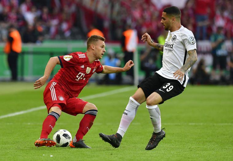 עומאר מסקארל מול ג'ושוע קימיך. פרנקפורט תוקפת יותר במחצית הראשונה (AFP)