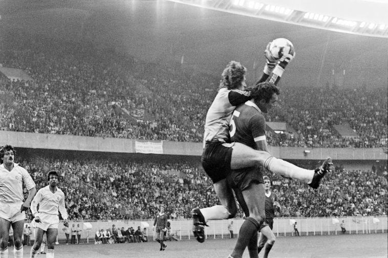 שוער ריאל מדריד אגוסטין בגמר של 1981. ערך הפועת בכורה רק חודש לפני כן (Gettyimages)