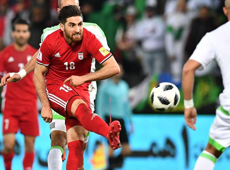 אלירזה ג'הנבאחש במדי נבחרת איראן (AFP)