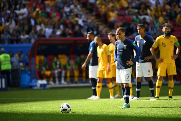 גריזמן ניגש לבעוט את הפנדל של צרפת. המשחק משתנה לנגד עינינו (AFP)