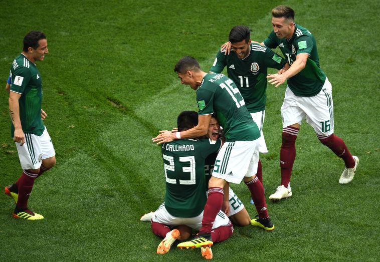 שחקני נבחרת מקסיקו חוגגים. עד היום, הם השיגו רק ניצחון אחד נגד גרמניה (Gettyimages)