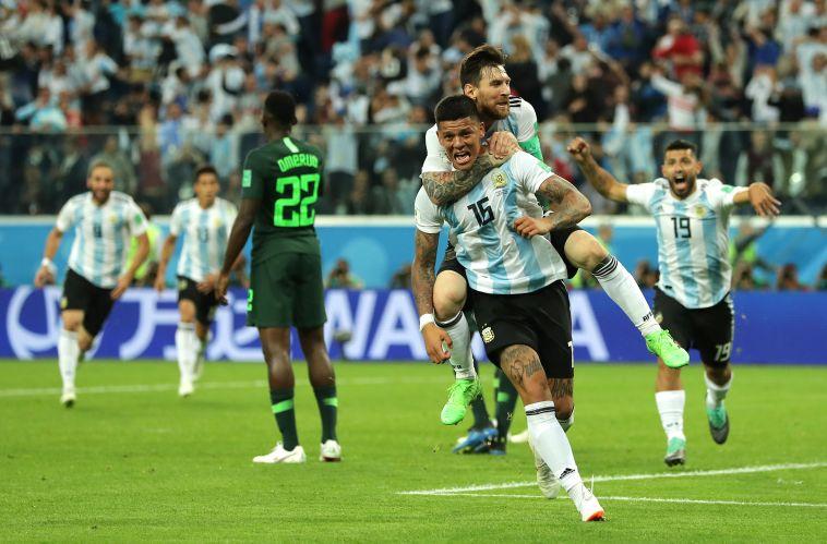 מרקוס רוחו חוגג עם מסי. השער שהעלה את ארגנטינה (Gettyimages)