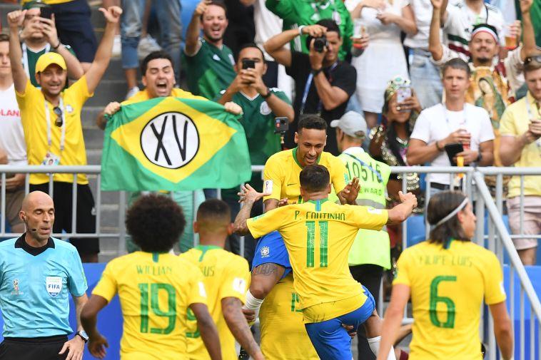 שחקני נבחרת ברזיל חוגגים. יפגשו את בלגיה ברבע? (AFP)