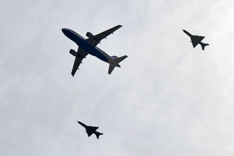 מטוסי קרב מלווים את המטוס הקרואטי (שכפׂ
